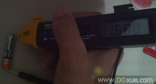 测量pailide碳性干电池电压