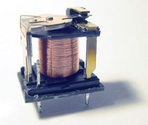 一款去掉外壳的简易电磁继电器实物