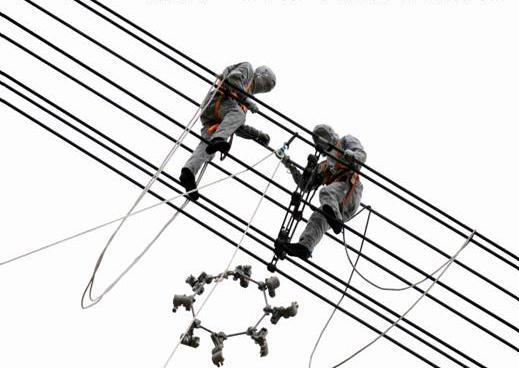 2009年6月17日湖北省超输变1000kV特高压等电位导线间隔棒更换带电作业